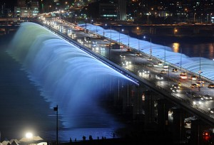 Banpo Bridge with a rainbow fountain over the Han River in Seoul. Photo via Wikimedia Commons by Gu Gyobok.