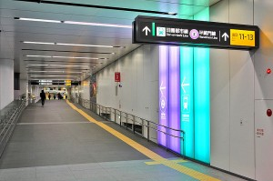 A transfer passage of Tokyo Metro Fukutoshin Line Shibuya Station. Photo via Wikimedia Commons by Tennen-Gas.