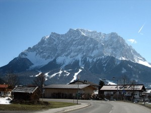 Wettersteinmassiv from the west, with the summit of the Zugspitze. Image via Wikimedia, by Crux.