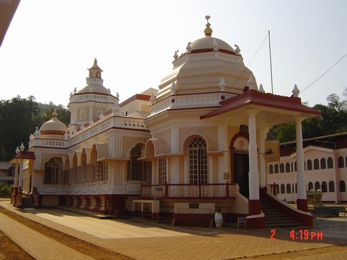 Shri Mangeshi Temple. Photo by Vivo78, WIkimedia